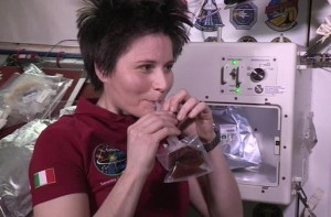 astrosamantha-beve-isspresso-700-x-394